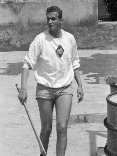 El Rey Juan Carlos jugando al hockey de joven