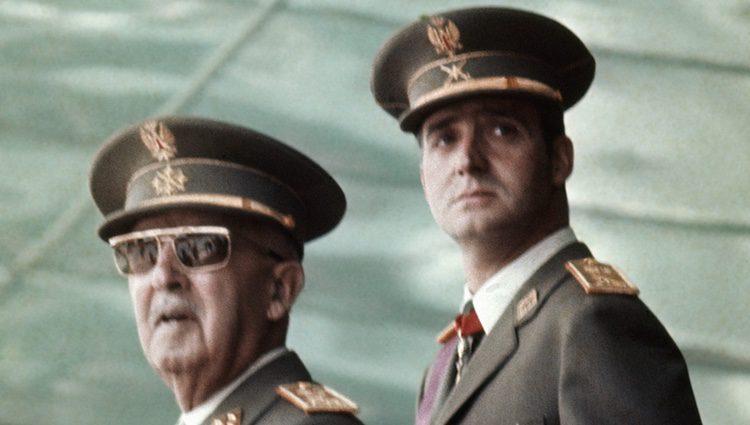 Francisco Franco con el Rey Juan Carlos en un desfile militar en 1973