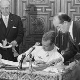 El Rey Juan Carlos firmando leyes