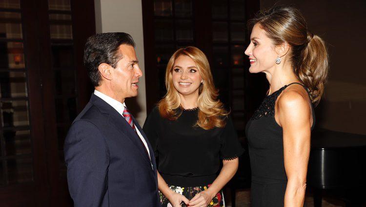 La Reina Letizia charla con Enrique Peña Nieto bajo la atenta mirada de Angélica Rivera