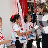 La Reina Letizia saluda a unas niñas durante su visita a la Sede Nacional de la Cruz Roja de México
