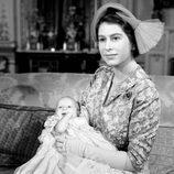 La Reina Isabel con la Princesa Ana de recién nacida