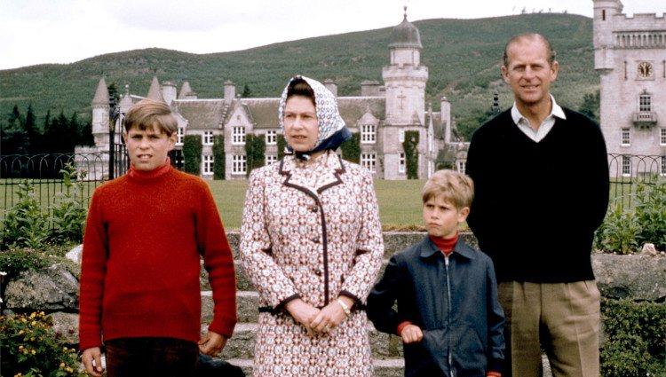 La Reina Isabel y el Duque de Edimburgo con sus hijos Andrés y Eduardo cuando eran pequeños