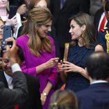 La Reina Letizia charla con Dina Mired de Jordania en el Official World Cancer Leaders' Summit de México