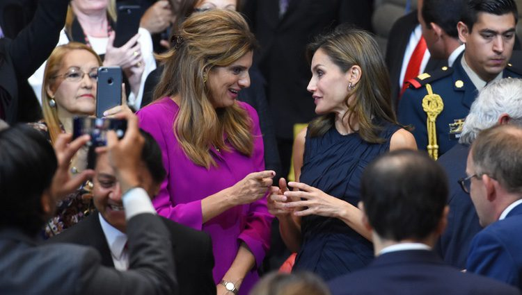 La Reina Letizia charla con Dina Mired de Jordania en el Official World Cancer Leaders' Summit de México