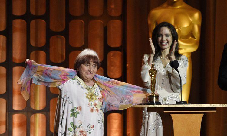 Angelina Jolie entrega el Oscar honorífico a la directora Agnes Varda