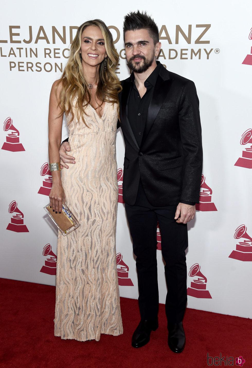 Juanes y Karen Martínez en la entrega del Premio Persona del Año 2017 de los Grammy Latinos