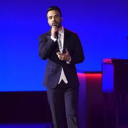 Luis Fonsi actuando en la entrega del Premio Persona del Año 2017 de los Grammy Latinos