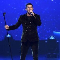Nick Jonas actuando en la entrega del Premio Persona del Año 2017 de los Grammy Latinos