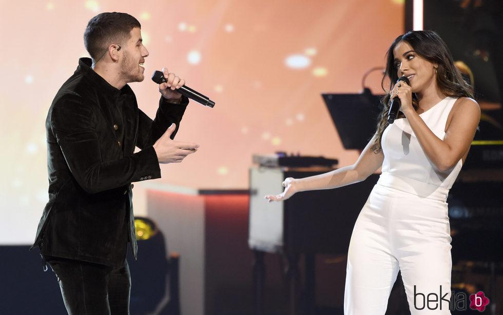 Nick Jonas y Anitta actuando en la entrega del Premio Persona del Año 2017 de los Grammy Latinos