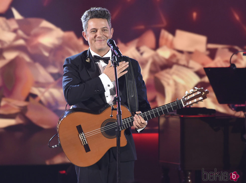 Alejandro Sanz agradeciendo el cariño recibido durante su actuación en la entrega del Premio Persona del Año 2017 de los Grammy Latinos