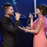 Juanes y Camila Cabello actuando en la entrega del Premio Persona del Año 2017 de los Grammy Latinos