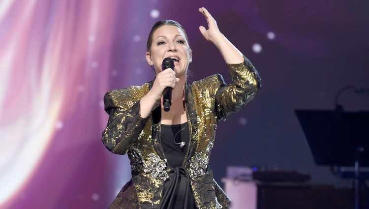 Niña Pastori actuando en la entrega del Premio Persona del Año 2017 de los Grammy Latinos