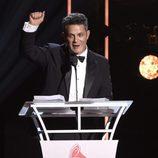 Alejandro Sanz recibiendo el Premio Persona del Año 2017 de los Grammy Latinos