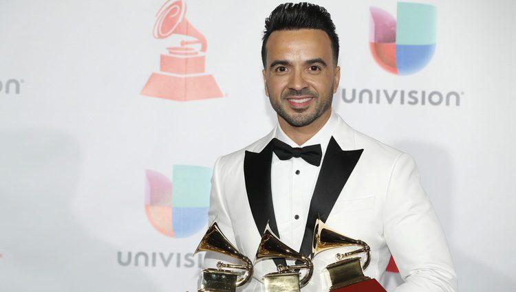 Luis Fonsi con los cuatros gramófonos que ha ganado en los Grammy Latino 2017