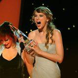 Taylor Swift recogiendo emocionada un premio en los CMA Awards 2011