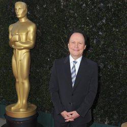 Billy Crystal junto a la estatua de los Oscar