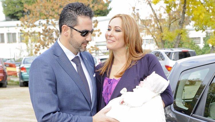 Chayo Mohedano y su marido Andrés Fernández bautizan a su hija Alejandra