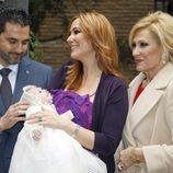 Rosa Benito con su hija Chayo Mohedano y su marido Andrés en el bautizo de Alejandra