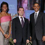 Michelle Obama, Dimitri Medvedev y Barack Obama en la cumbre APEC en Hawai