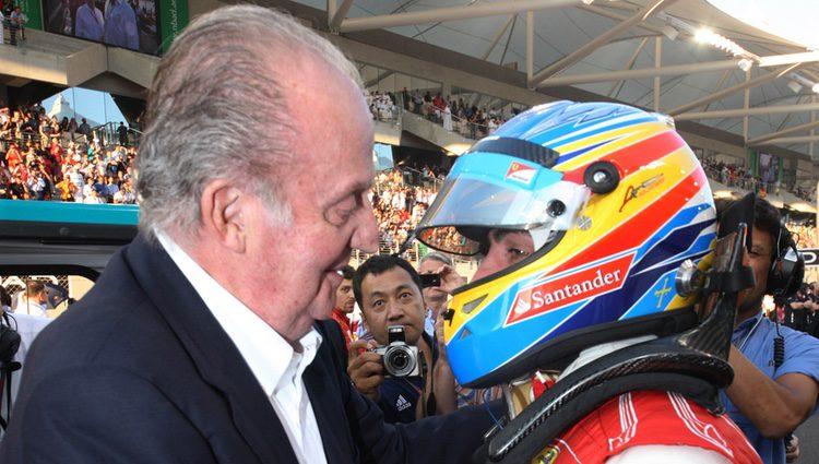 Fernando Alonso y el Rey Juan Carlos en el Gran Premio de Abu Dabi