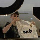 Justin Bieber enseña la camiseta del Real Madrid a sus fans