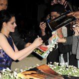 Kristen Stewart firma autógrafos en la presentación de 'Amanecer. Parte 1' en Los Ángeles