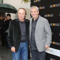 Joan Manuel Serrat y Carlos Sobera en los Premios Protagonistas 2011