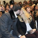 Gerard Piqué y Shakira besándose en la presentación de 'Dues Vides'