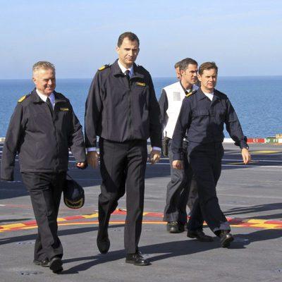 El Príncipe Felipe visita el buque 'Juan Carlos I' en Rota