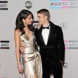 Selena Gomez y Justin Bieber muy cariñosos en los American Music Awards 2011