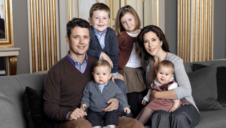 Los Príncipes Federico y Mary de Dinamarca con sus cuatro hijos