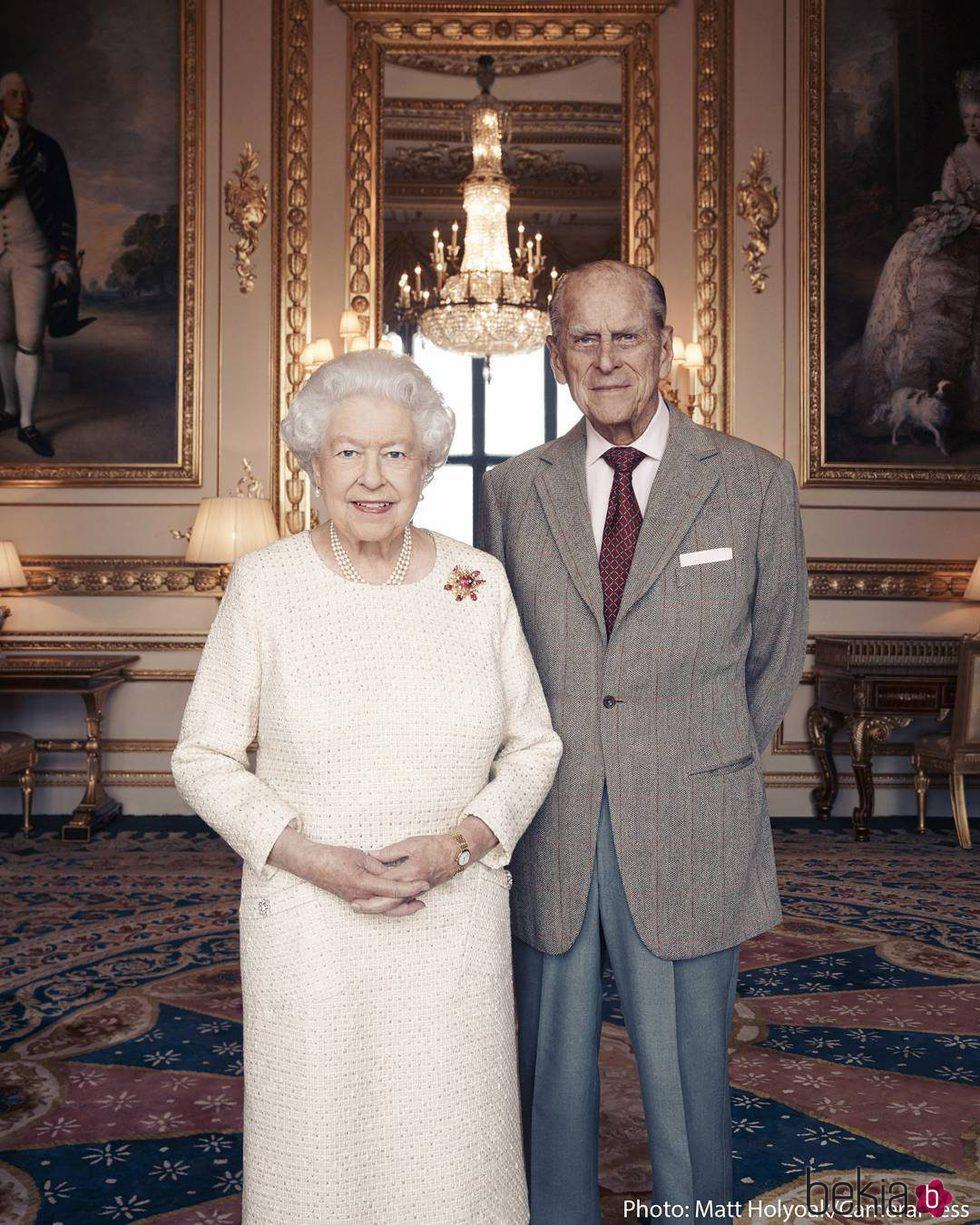 La Reina Isabel y el Duque de Edimburgo en un posado oficial antes de su aniversario