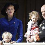 Charlene de Mónaco con el Príncipe Alberto y sus hijos en el Día Nacional de Mónaco
