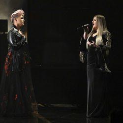 Pink y Kelly Clarkson actuando en los American Music Awards 2017