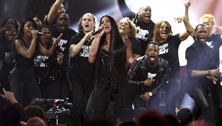 Demi Lovato actuando en los American Music Awards 2017
