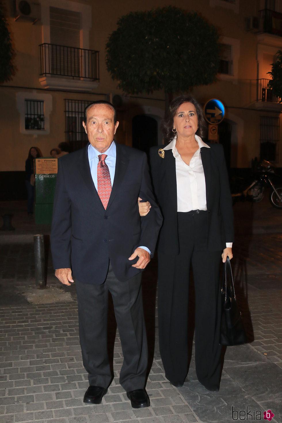 Curro Romero y Carmen Tello en el funeral por el tercer aniversario de la muerte de la Duquesa de Alba