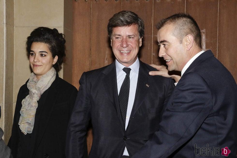 Cayetano Martínez de Irujo con su pareja Bárbara Mirjan en el funeral por el tercer aniversario de la muerte de la Duquesa de Alba