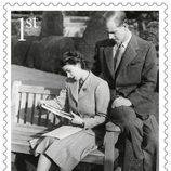 Sello conmemorativo con una foto de la luna de miel de la Reina Isabel y el Duque de Edimburgo por su 70 aniversario de boda