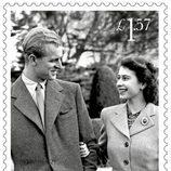Sello conmemorativo con una foto durante la luna de miel de la Reina Isabel y el Duque de Edimburgo por su 70 aniversario de boda