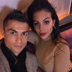Cristiano Ronaldo y Georgina Rodríguez haciéndose una selfie romántica