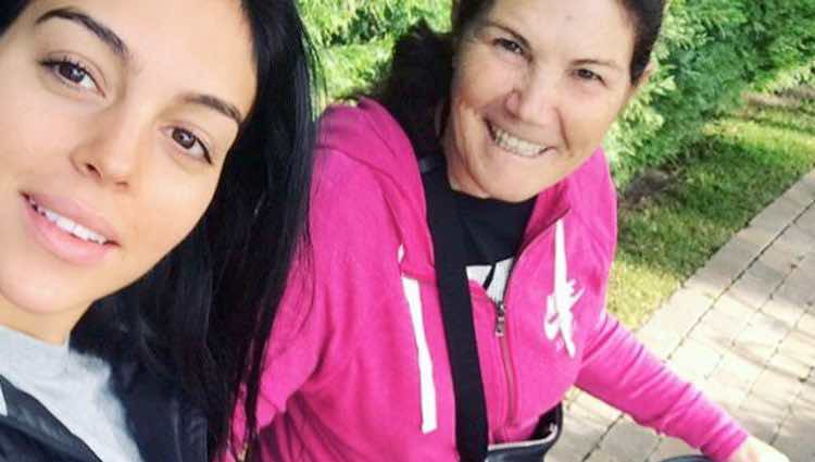 Georgina Rodríguez y Dolores Aveiro disfrutando de un paseo