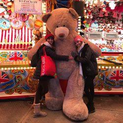 Paz Padilla y su hija Anna abrazando un oso gigante