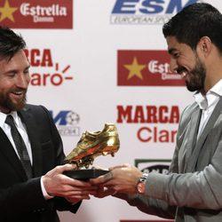 Leo Messi recibiendo su cuarta Bota de Oro de la mano de Luis Suárez