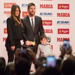 Leo Messi recogiendo su cuarta Bota de Oro junto a su mujer Antonella Roccuzzo y su hijo Mateo