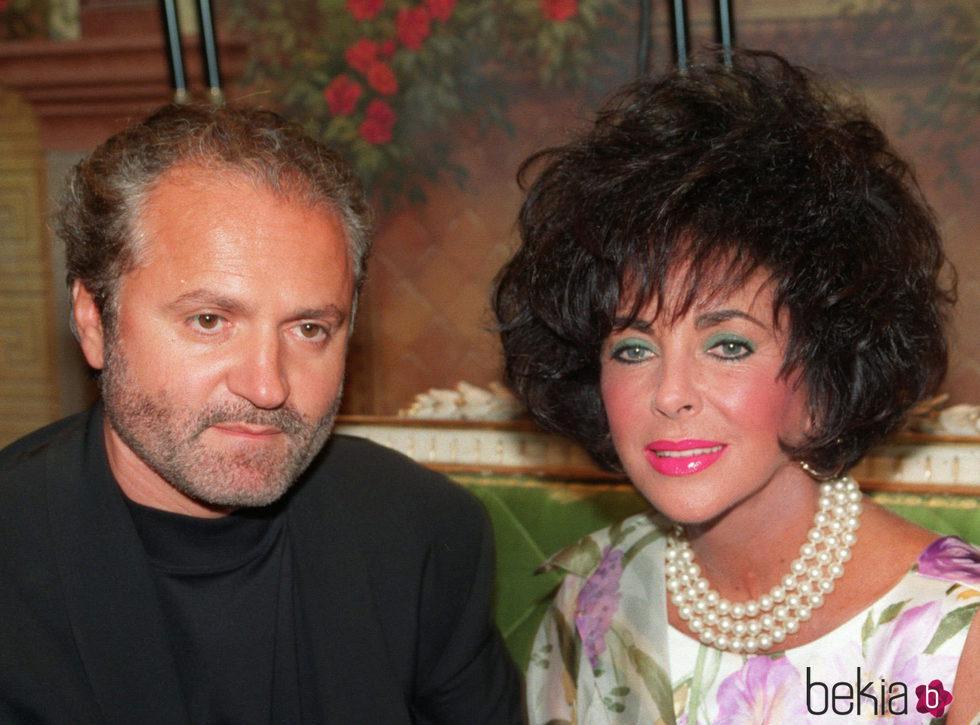 Gianni Versace junto a Elizabeth Taylor