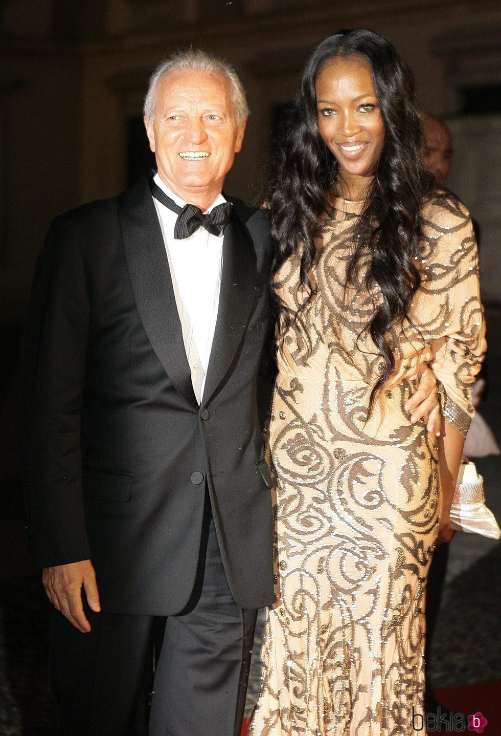 Santo Versace con Naomi Campbell en 'Thank you Gianni with love'