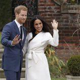 El Príncipe Harry y Meghan Markle durante el posado oficial tras el anuncio de compromiso