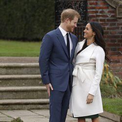 El Príncipe Harry y Meghan Markle se miran cariñosos en el posado oficial tras el anuncio de compromiso