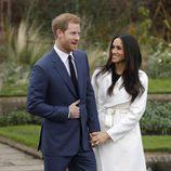 Harry de Inglaterra y Meghan Markle en su posado oficial como prometidos